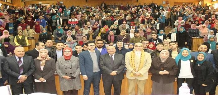 رئيس جامعة طنطا لطلاب الصيدلة: كلكم أولادي وبابي مفتوح أمام الجميع